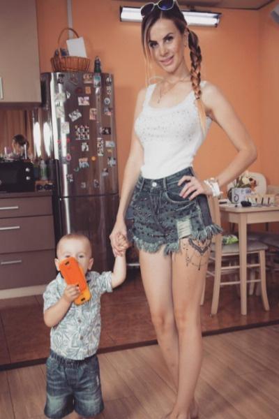 Молодая мама делает все, чтобы сын рос в счастливой семье