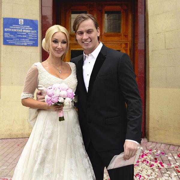Телеведущая и хоккеист поженились 8 июня 2013 года в Кутузовском загсе Москвы
