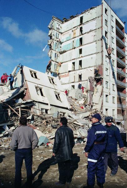 Взрыв полностью уничтожил одну секцию панельного здания
