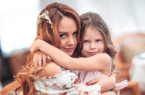 Певица одна воспитывает двух дочерей – 6-летнюю Сашу и 11-месячную Машу