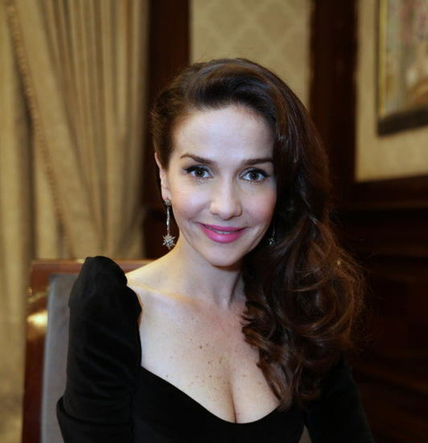 Фото кормящей Наталии Орейро с голой грудью