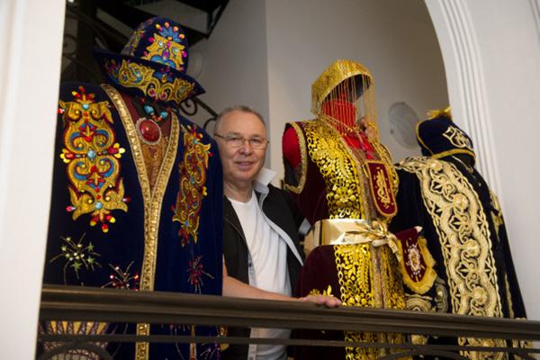 Манекены  в костюмах  расставлены  по дому  Зайцева