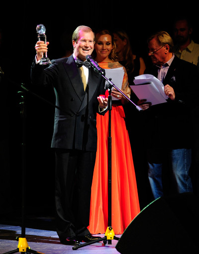 Виктор Шкулев вручает главный приз фестиваля