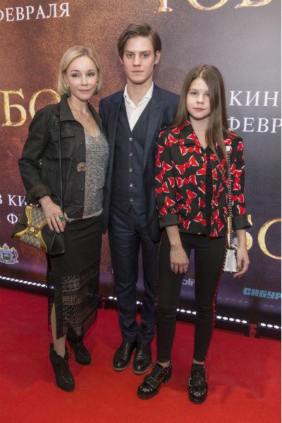 Павел Табаков с мамой Мариной Зудиной и сестрой Машей