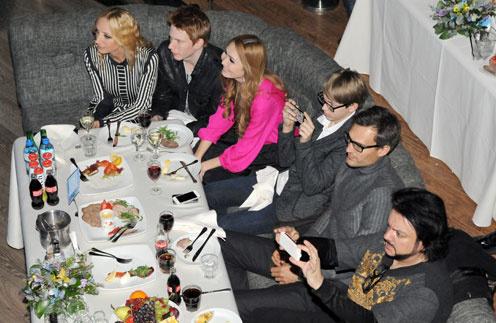 По случаю премьеры за столом собралась вся семья: Кристина Орбакайте, ее старший сын Никита с любимой девушкой Аидой, среднйи сын Дени, муж Михаил Земцов и Филипп Киркоров