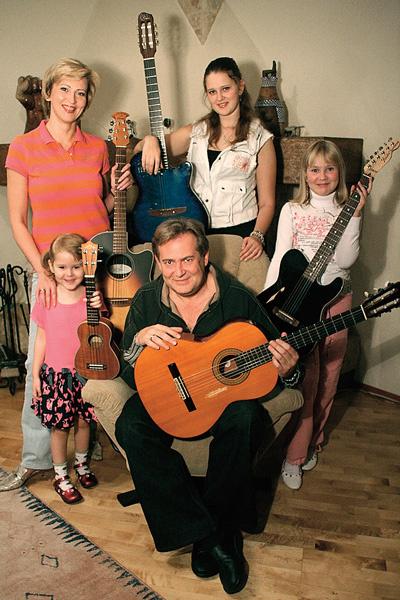 Елена Стоянова стала третьей женой артиста. На фото – супруга, двое ее детей от первого брака и общая дочь Катя (слева), 2005 год