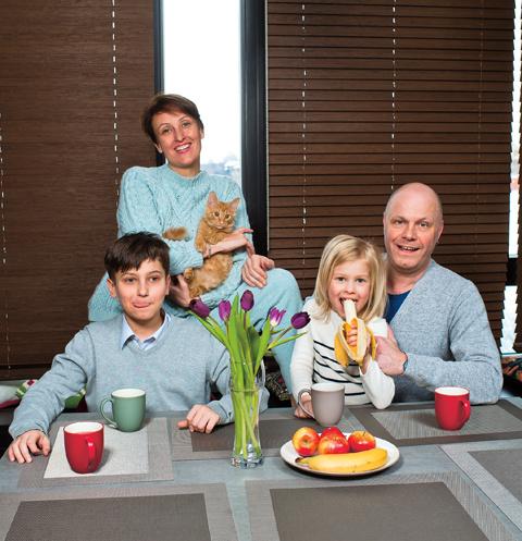 За завтраком на кухне собирается вся семья. На фото – с женой Аминой, сыном Афанасием и дочерью Аксиньей