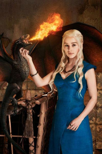 Эмилия в образе «Королевы драконов» Дейенерис Таргариен