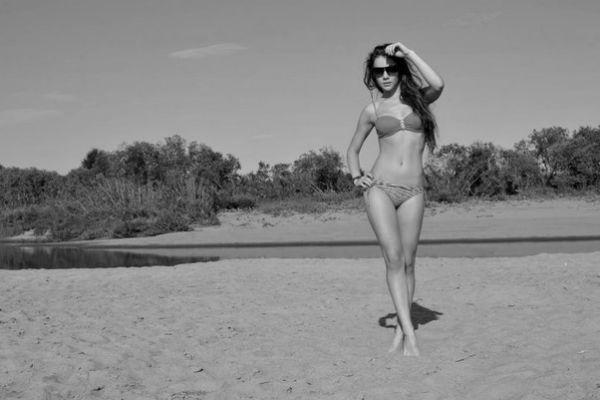 Лиза позирует на пляже