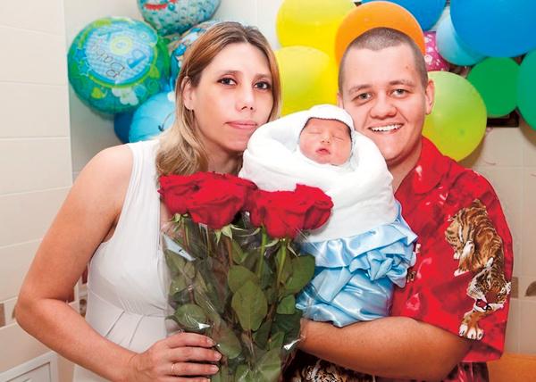 Максим Бушуев с сыном и супругой