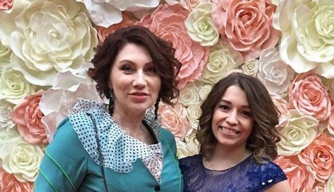Дочь Розы Сябитовой улетела в Париж с новым избранником