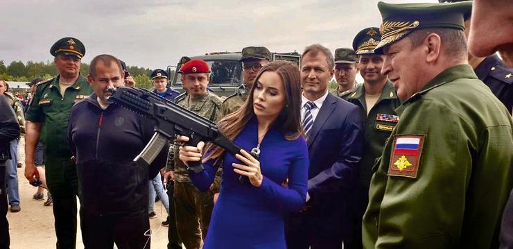 Юля не робеет даже перед генералами