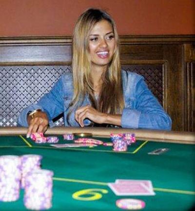 Виктория Боня играет в покер