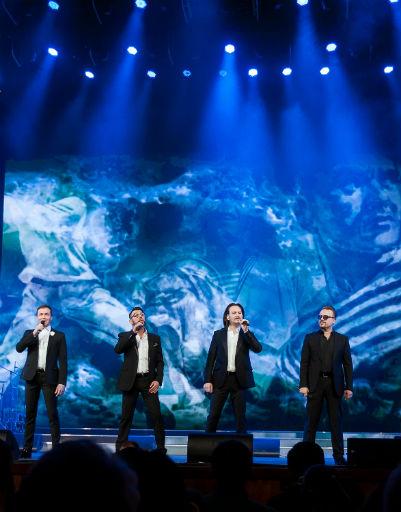 Певцы исполнили хиты разных лет