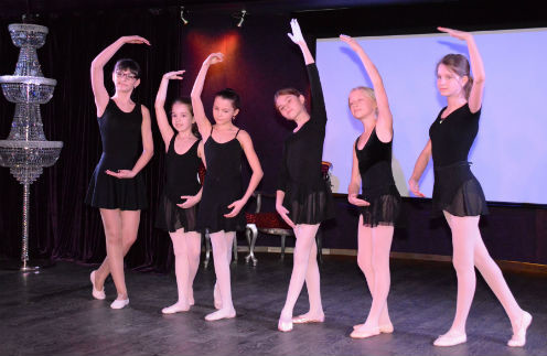 Ученицы танцуют «Щелкунчика» Чайковского
