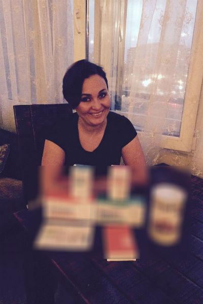 Женщина рекламирует продукцию для похудения