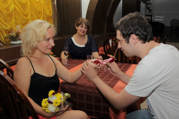 Людмила (на заднем плане) сначала помогла Виктору получить прощение Ольги, а после стала организатором их помолвки