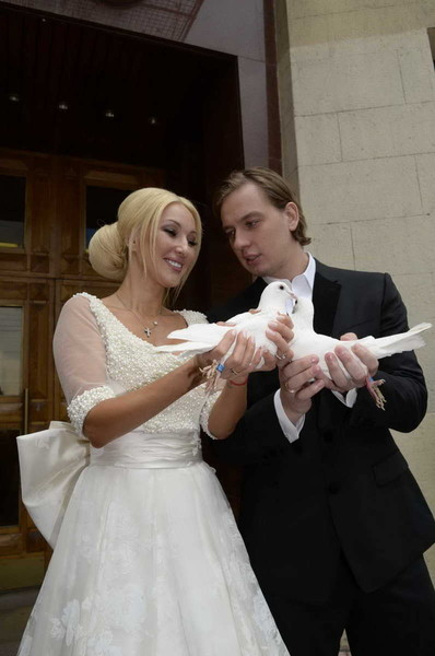 Голубей новоиспеченной семье подарил отец жениха