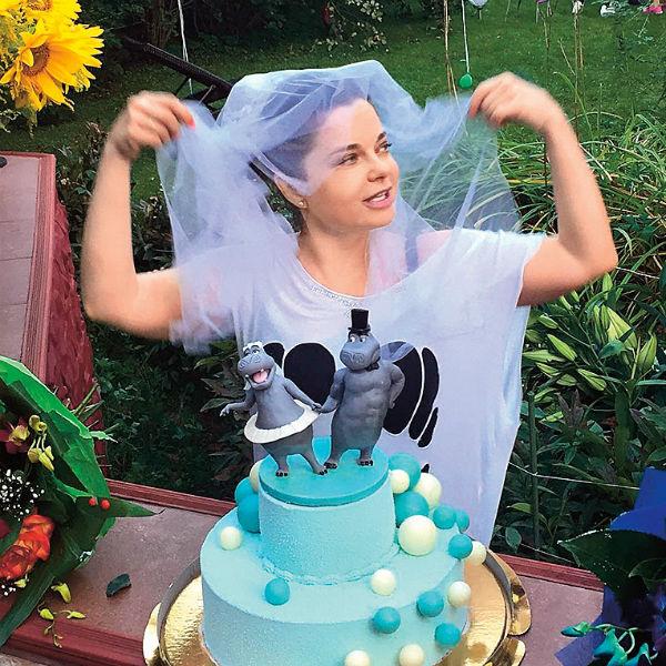Наташа с юмором подходит к выбору тортов