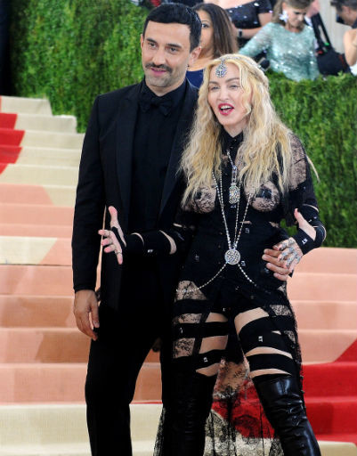 Мадонна в наряде, который оголил ее ягодицы