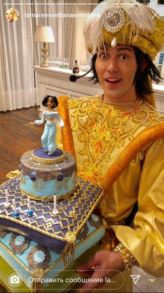 Девочка получила в подарок сказочный торт