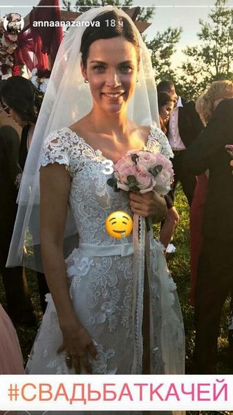 Невеста выбрала классическое белое платье, декорированное кружевом
