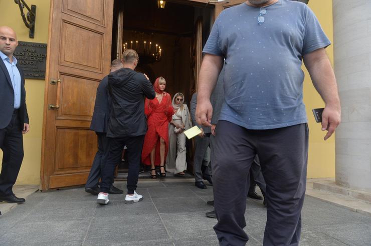 Яна Расковалова выбрала красное платье