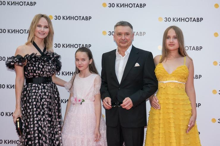 Антон Табаков с супругой Анжеликой и дочерьми