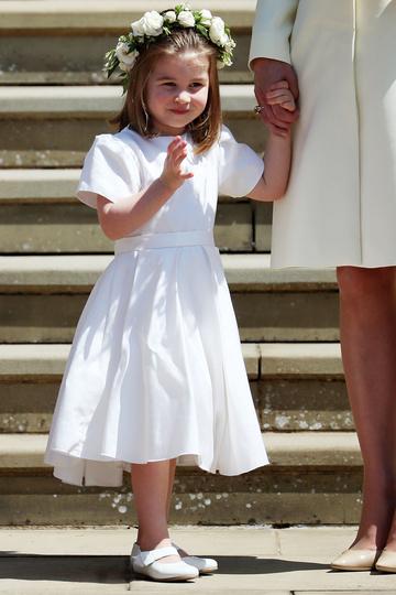 Принцесса Шарлотта на ступенях часовни Святого Георгия после свадьбы принца Гарри и Меган Маркл