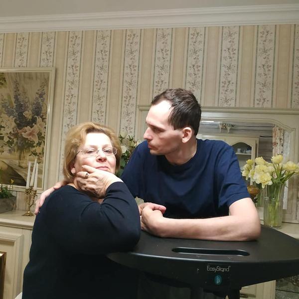 Мама Алексея Янина заботится о нем
