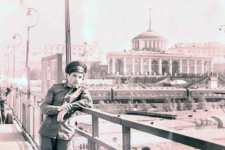 Отчаявшись завоевать внимание артистки, Игорь Бухаров ушел в армию