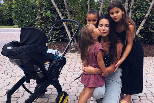 Оксане Самойловой помогают держаться дети