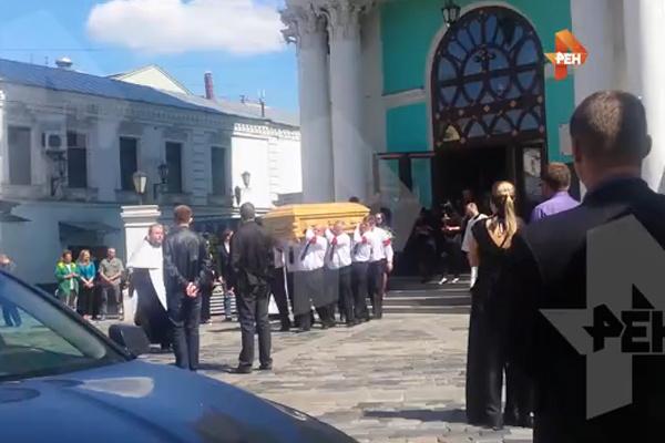 Гроб с телом Жанны выносят из Елоховского собора