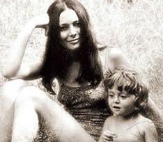 Редкие фото звездных мам