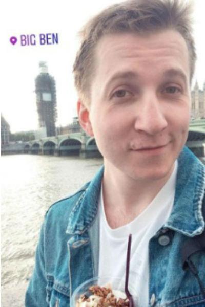 Боря Левин из «Интернов» переехал в Лондон и работает официантом