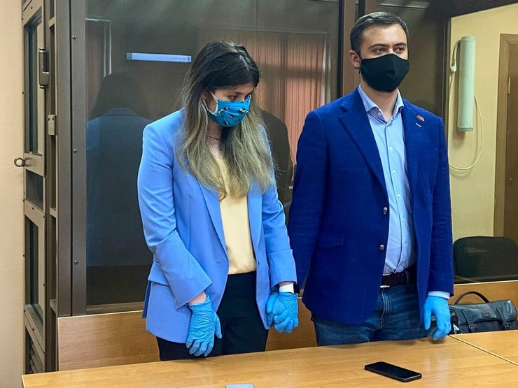 Муж-адвокат представляет интересы Карауловой в суде