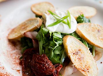 Салат с яйцом пашот, копченым беконом и рукколой
