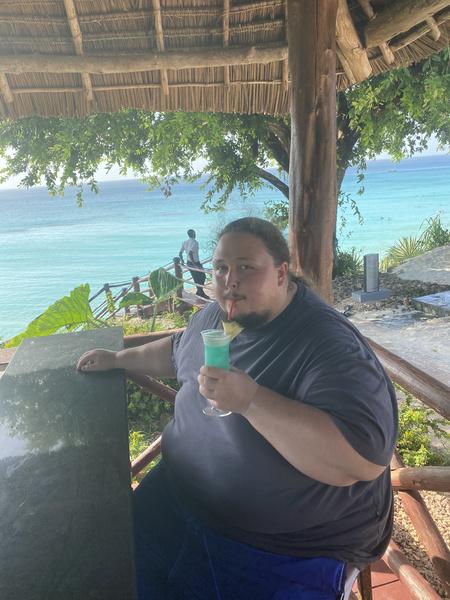 ...и с коктейлями в прибрежном баре