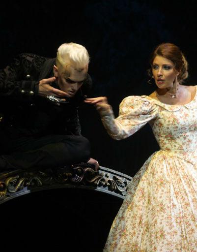 По ходу спектакля «Онегин» героиня Макеевой встречается с Демоном