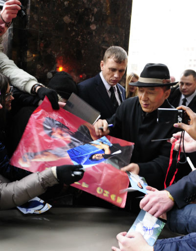 На улице артист раздал автографы многочисленным поклонникам