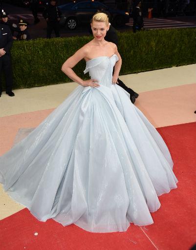 Клер Дейнс в светящемся в темноте платье на Met Gala