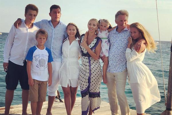 Николай дружит с новой семьей отца