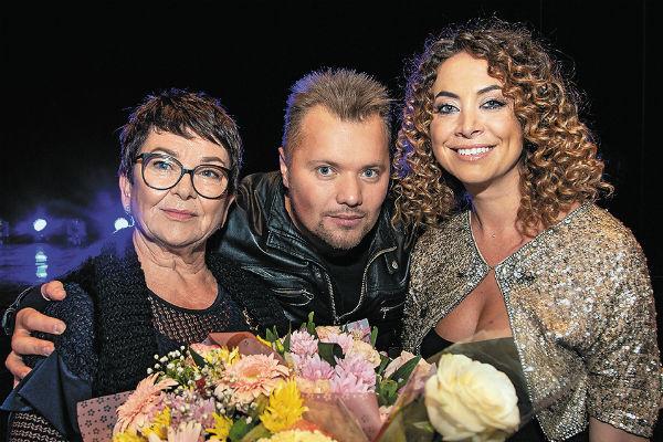 Мама Жанны Ольга Владимировна, сестра Наташа и друг семьи, певец Саша Попов