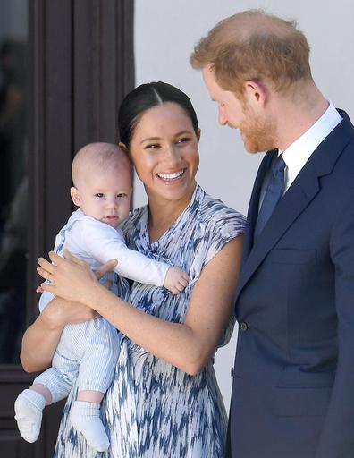 В тур по Африке пара взяла маленького сына. На Меган платье от Club Monaco