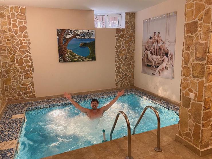 В свободное время экс-участник реалити проводит в бассейне