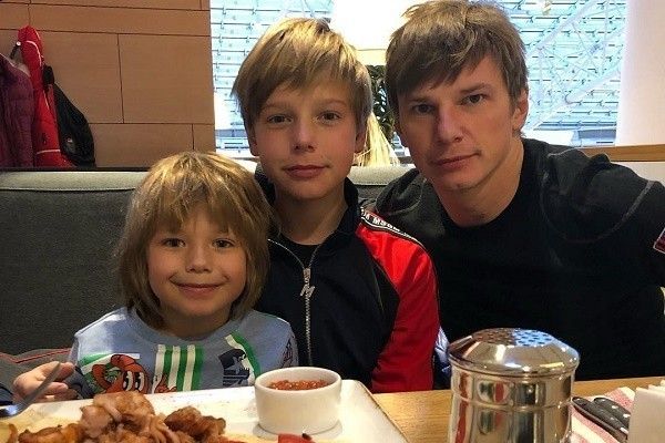 Андрей Аршавин с сыновьями от Юлии Барановской