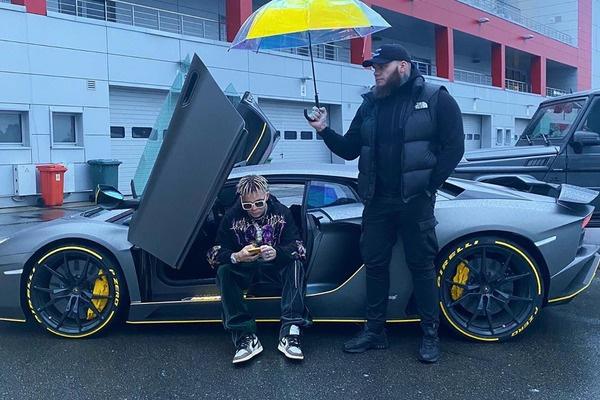 Алджай любит дорогие машины