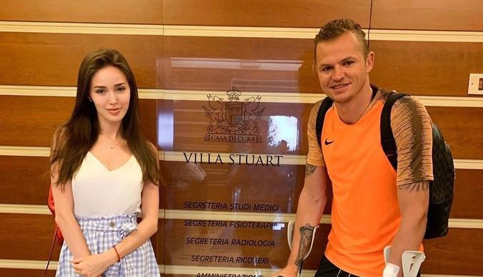 Футбольное поле, гардеробная, квартира для персонала: фото дома, который продает Дмитрий Тарасов