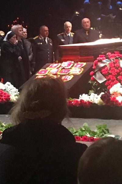 Присутствующие подошли к гробу артистки в конце церемонии