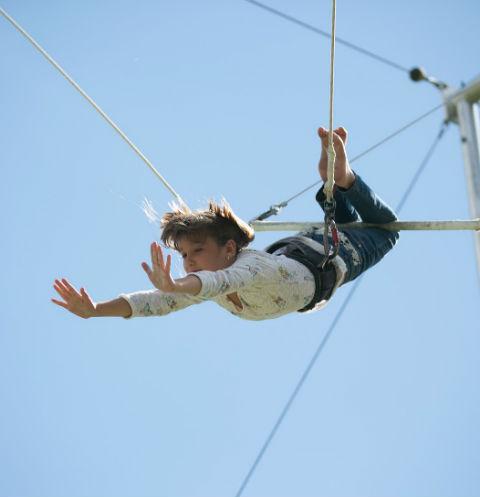 В Парке Горького открылась летняя школа воздушной гимнастики «Трапеция Yota»